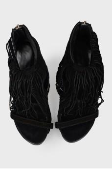 Черные босоножки с бахромой