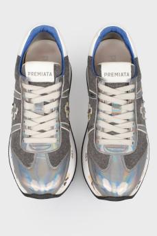 Серые кроссовки с надписями
