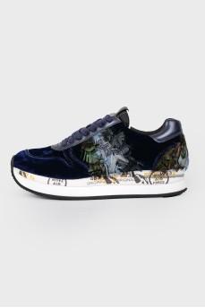 Синие кроссовки с перьями