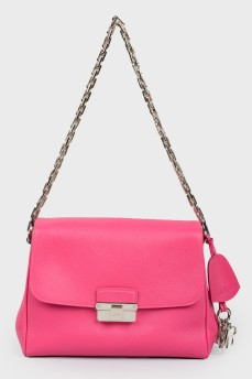Розовая сумка на цепочке