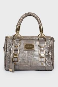 Серебристая сумка с золотистой фурнитурой