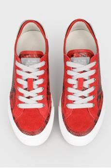 Красные кеды на белой подошве