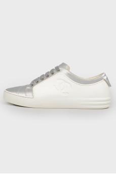 Серебристо-белые кеды