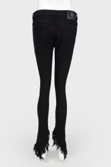 Черные джинсы с бахромой