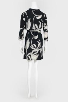 Черно-белое платье с широким поясом