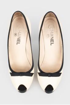 Белые туфли на черном каблуке
