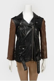 Кожаная куртка с коричневыми рукавами