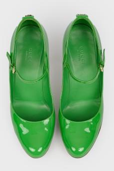 Зеленые лаковые туфли на шпильке