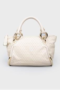 Молочная кожаная сумка с золотистой фурнитурой