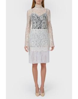 Белое кружевное платье с бахромой