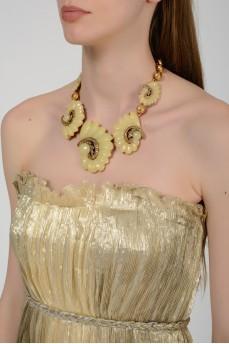 Ожерелье в виде бежевых ракушек с биркой