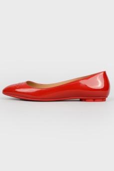 Красные балетки из лаковой кожи