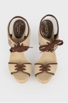 Серые босоножки со шнуровкой