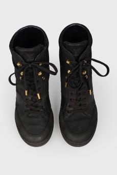 Высокие черные кроссовки со шнурками