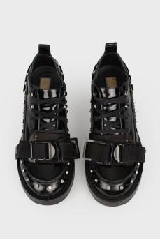 Лаковые туфли с перфорацией и камнями