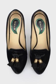 Бархатные туфли с кисточками впереди