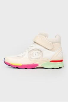 Замшевые кроссовки на цветной подошве