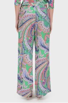 Зеленые брюки с молнией сбоку