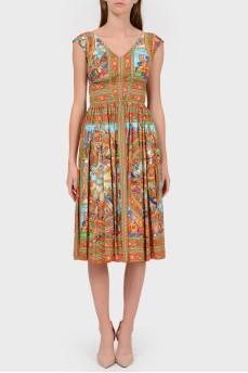 Яркое платье с глубоким вырезом сзади