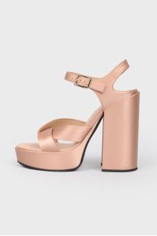 Босоножки пудрово-золотистого цвета на высоком каблуке