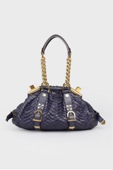Текстурная сумка с золотистой фурнитурой