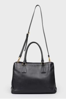 Кожаная сумка с двумя ручками и ремнем