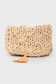 Бежевый плетеный клатч с кисточкой