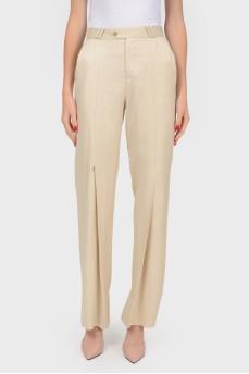 Бежевые брюки с расклешенными штанинами