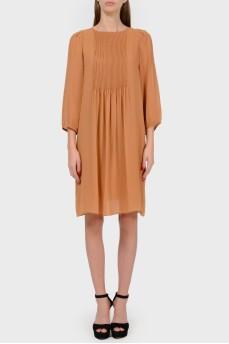 Шелковое карамельное платье со складками