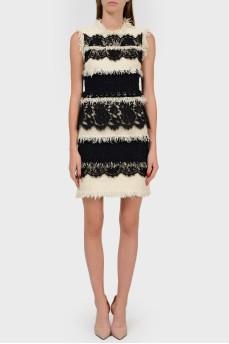Черно-белое платье с кружевом и бахромой