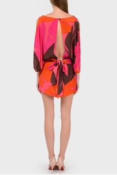 Шелковое яркое платье с разрезом на спине