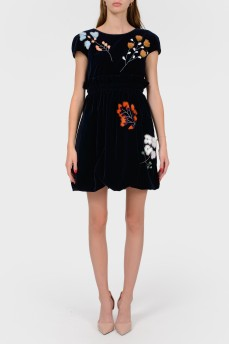 Платье из темно-синего бархата с меховыми цветами