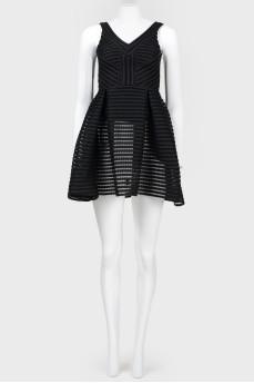 Черное платье с расклешенной юбкой