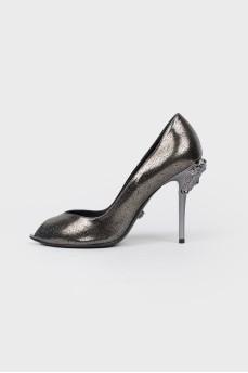 Туфли с металлическим логотипом на каблуке