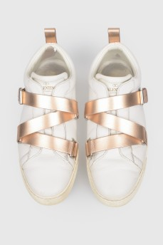 Белые кроссовки на ременной пряжке