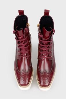 Бордовые ботинки с белой деревянной подошвой