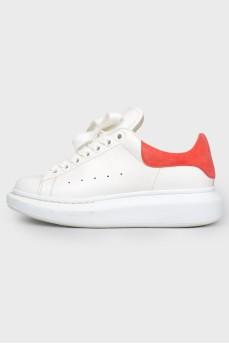 Кроссовки на шнуровке с красной замшевой пяткой