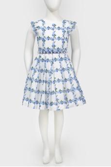 Белое платье в голубой цветочный узор