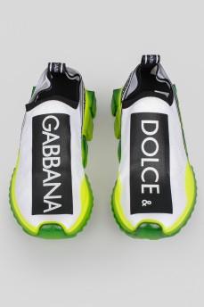 Белые кроссовки с прозрачной зеленой подошвой и биркой