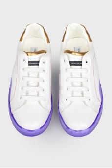 Белые детские кеды с фиолетовой подошвой с биркой