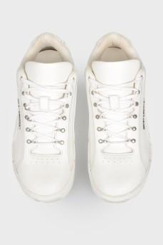 Кроссовки на шнуровке кожаные с биркой