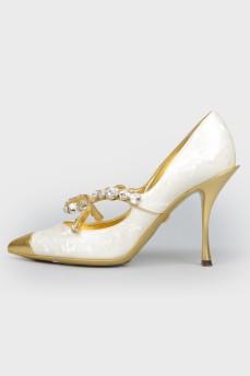 Туфли с острым золотистым носком с биркой