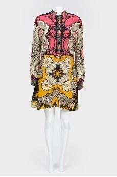 Платье в абстрактный принт с воротником-стойкой