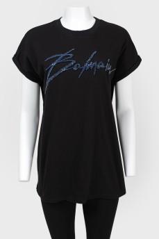 Свободная футболка с синими камнями с биркой