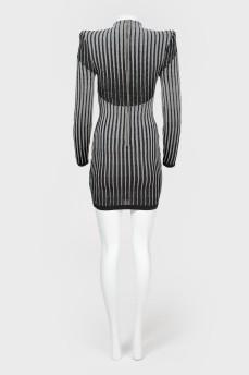 Облегающее мини-платье с плечами с биркой