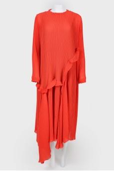 Свободное платье с асимметричной оборкой