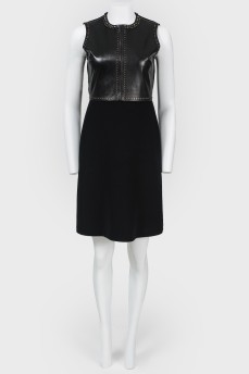 Платье с кожаной вставкой и металлической аппликацией