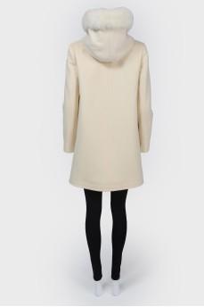 Пальто на кнопках с меховым капюшоном
