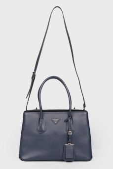 Синяя сумка с внутренней отделкой из красной кожи