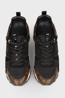 Кроссовки с золотистой вставкой на подошве